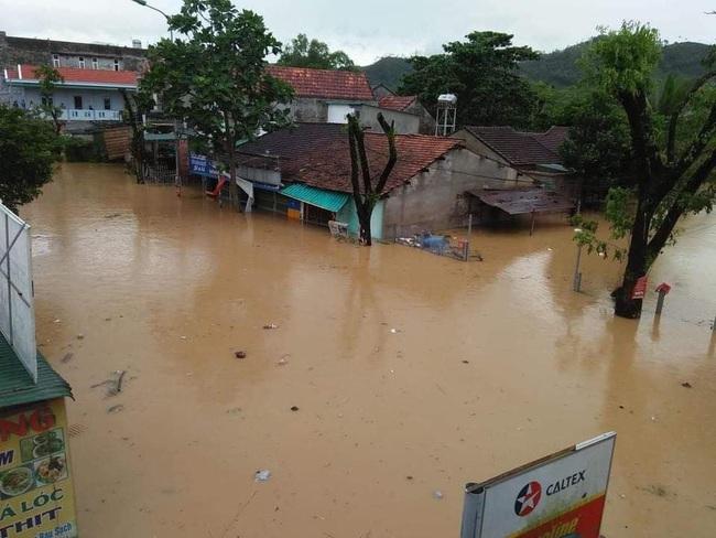 Quảng Ngãi: Một thị trấn chìm trong biển nước sau bão số 9 - Ảnh 5.