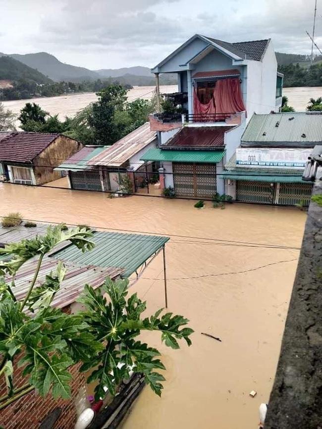 Quảng Ngãi: Một thị trấn chìm trong biển nước sau bão số 9 - Ảnh 6.