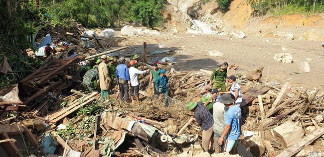 Vụ sạt lở vùi lấp hơn 50 người ở Quảng Nam: Nỗ lực tìm kiếm 14 người mất tích trong đêm - Ảnh 1.