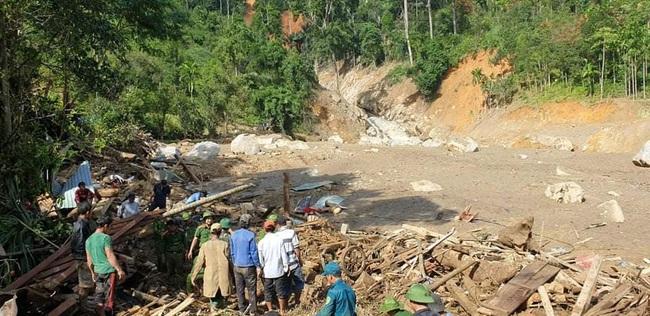 Vụ sạt lở vùi lấp hơn 50 người ở Quảng Nam: Nỗ lực tìm kiếm 14 người mất tích trong đêm - Ảnh 2.