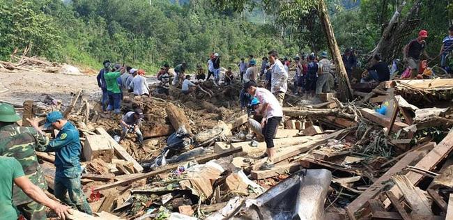 Vụ sạt lở vùi lấp hơn 50 người ở Quảng Nam: Nỗ lực tìm kiếm 14 người mất tích trong đêm - Ảnh 4.