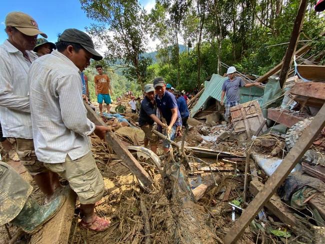 Vụ sạt lở vùi lấp hơn 50 người ở Quảng Nam: Nỗ lực tìm kiếm 14 người mất tích trong đêm - Ảnh 3.