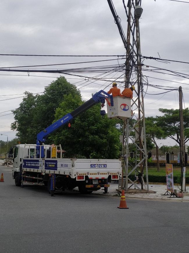 Quảng Nam: Ngành điện khẩn trưởng triển khai khôi phục cấp điện sau bão số 9 - Ảnh 3.