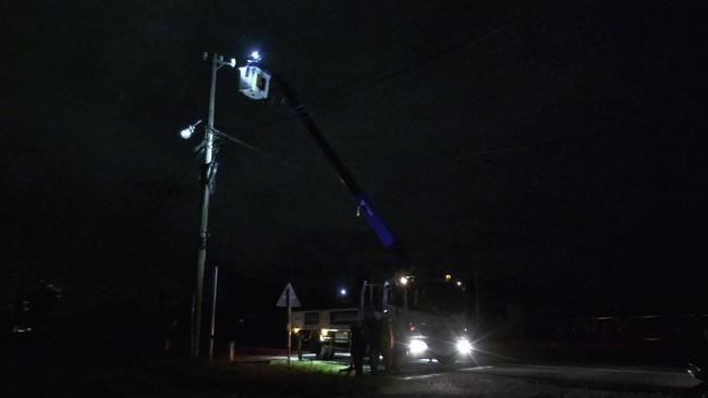 Quảng Nam: Ngành điện khẩn trưởng triển khai khôi phục cấp điện sau bão số 9 - Ảnh 2.