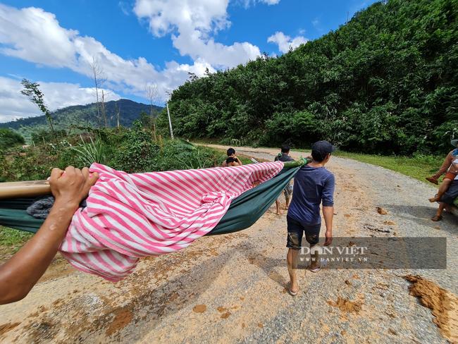 Sạt lở vùi lấp hơn 50 người ở Quảng Nam: Tìm đường chuyển 5 người bị thương đi cấp cứu - Ảnh 4.