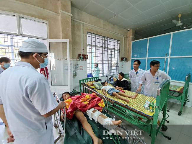 Nạn nhân sống sót trong vụ sạt lở vùi lấp hơn 50 người ở Quảng Nam được đưa đi cấp cứu - Ảnh 1.