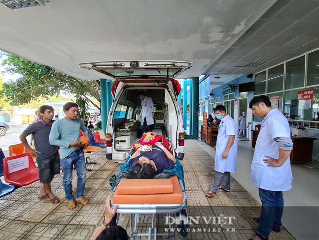 Nạn nhân sống sót trong vụ sạt lở vùi lấp hơn 50 người ở Quảng Nam được đưa đi cấp cứu - Ảnh 2.