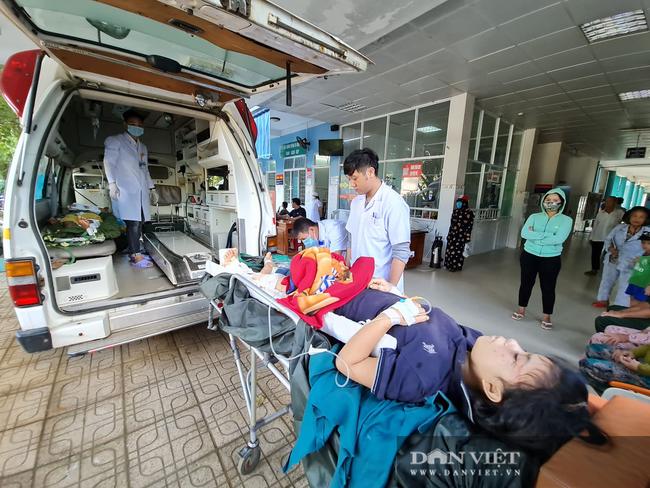 Nạn nhân sống sót trong vụ sạt lở vùi lấp hơn 50 người ở Quảng Nam được đưa đi cấp cứu - Ảnh 3.