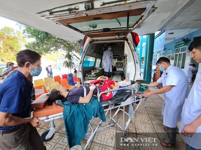 Nạn nhân sống sót trong vụ sạt lở vùi lấp hơn 50 người ở Quảng Nam được đưa đi cấp cứu - Ảnh 4.