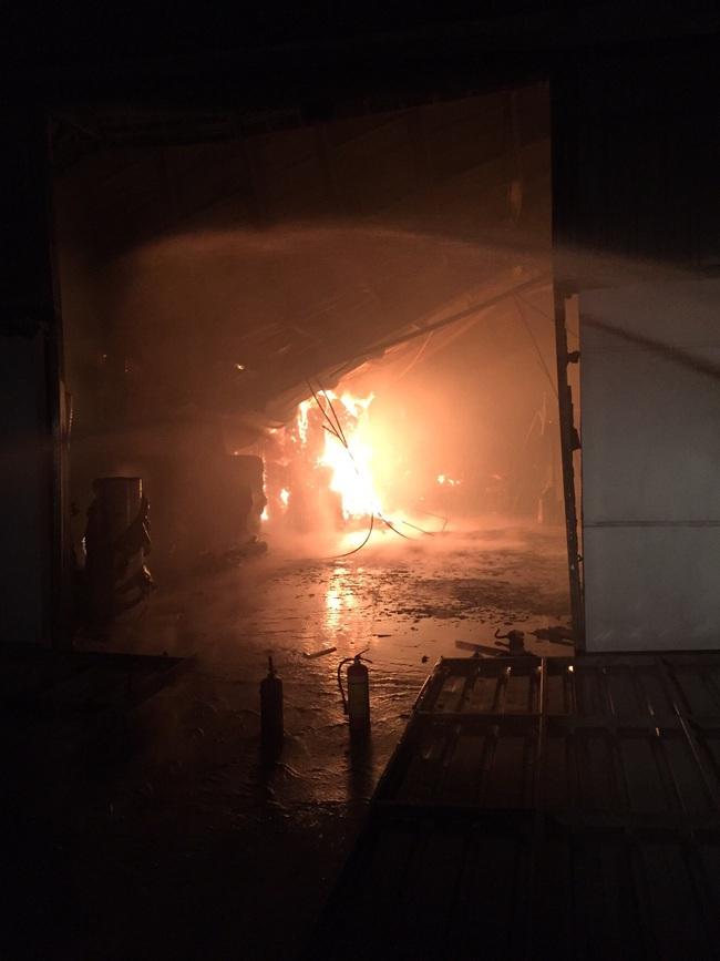 """Hải Dương: """"Bà hỏa"""" ghé thăm lúc rạng sáng, Công ty Bao bì Fushan thiệt hại hàng chục tỷ đồng - Ảnh 1."""