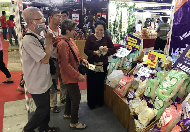 Gạo ST, nước mắm truyền thống, cá cảnh… hút người Sài Gòn tại hội chợ nông, lâm, thủy sản - Ảnh 1.