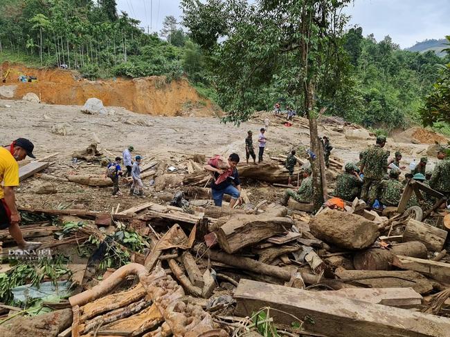 Những người sống sót bắt đầu tìm về trung tâm vụ sạt lở ở xã Trà Leng - Ảnh 2.
