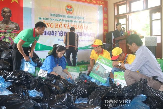 Chủ tịch Hội Nông dân Việt Nam thăm điểm trường, tặng quà đồng bào bị lũ quét tỉnh Quảng Trị - Ảnh 2.