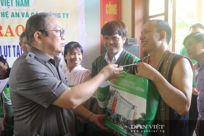 Chủ tịch Hội Nông dân Việt Nam thăm điểm trường, tặng quà đồng bào bị lũ quét tỉnh Quảng Trị - Ảnh 4.