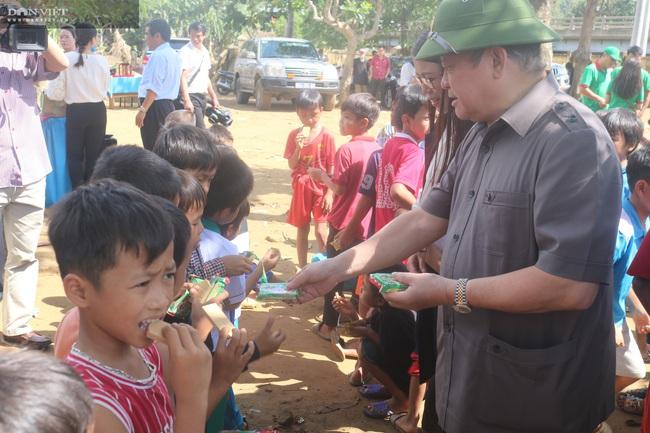 Chủ tịch Hội Nông dân Việt Nam thăm điểm trường, tặng quà đồng bào bị lũ quét tỉnh Quảng Trị - Ảnh 6.