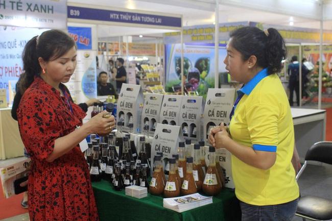 Gạo ST, nước mắm truyền thống, cá cảnh… hút người Sài Gòn tại hội chợ nông, lâm, thủy sản - Ảnh 2.