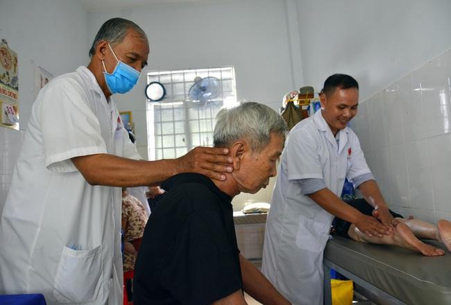 Lương y dành hơn 10 năm chữa bệnh miễn phí cho người nghèo - Ảnh 1.