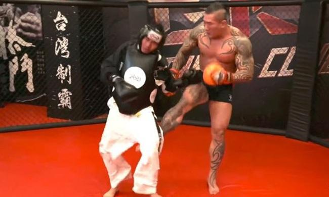 Youtuber Đài Loan thách đấu võ sĩ MMA 120kg và cái kết… khóc thét - Ảnh 1.