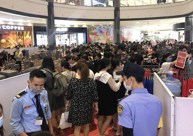 Hàng hiệu giảm giá sốc, người Sài Gòn xếp hàng dài cả trăm mét, tranh nhau mua - Ảnh 1.