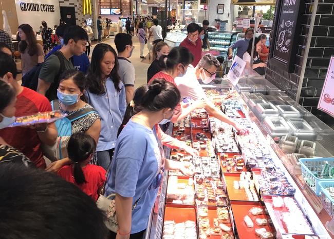 Hàng hiệu giảm giá sốc, người Sài Gòn xếp hàng dài cả trăm mét, tranh nhau mua - Ảnh 9.