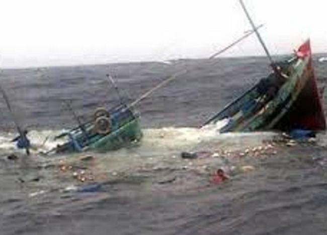 Chìm tàu chở hàng trên biển, 11 người bị trôi dạt giữa sóng dữ   - Ảnh 1.
