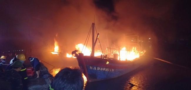 Nghệ An: Nóng khi 4 tàu đánh cá bốc cháy dữ dội tại cảng Lạch Quèn   - Ảnh 1.