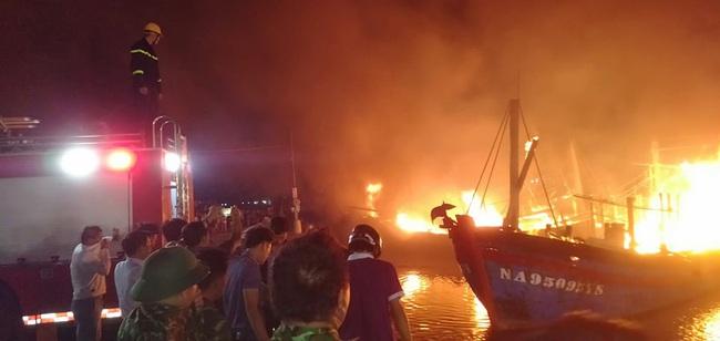 Nghệ An: Nóng khi 4 tàu đánh cá bốc cháy dữ dội tại cảng Lạch Quèn   - Ảnh 3.