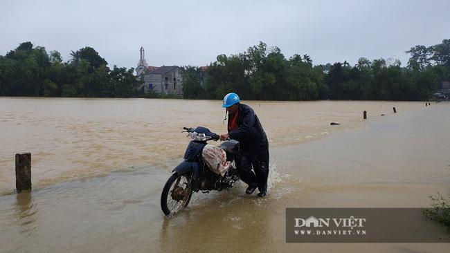 Hà Tĩnh: Nước sông Ngàn Sâu dâng cao, 5 xã ở Hương Khê bị cô lập - Ảnh 3.