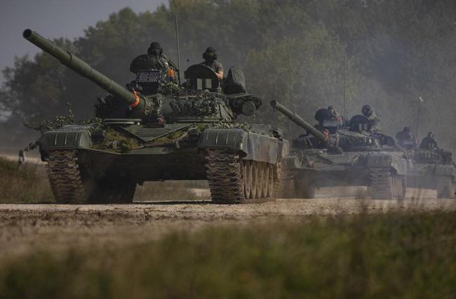 Ngỡ ngàng xe tăng Nga, Mỹ cùng xuất hiện trên một chiến trường - Ảnh 1.