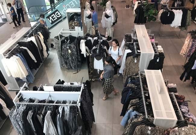 Ngày Độc thân ở trung tâm thương mại: Giảm giá cũng như không, khách thờ ơ xem rồi đi - Ảnh 3.