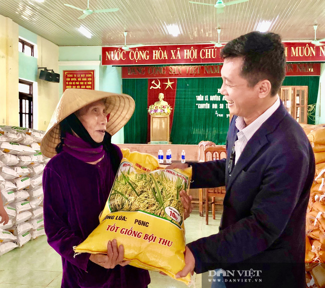"""Báo NTNN/Dân Việt hỗ trợ lúa giống, phân bón giúp bà con """"rốn"""" lũ Lệ Thủy (Quảng Bình) khôi phục sản xuất - Ảnh 1."""