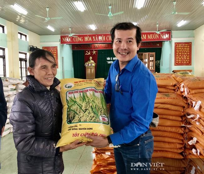 """Báo NTNN/Dân Việt hỗ trợ lúa giống, phân bón giúp bà con """"rốn"""" lũ Lệ Thủy (Quảng Bình) khôi phục sản xuất - Ảnh 7."""