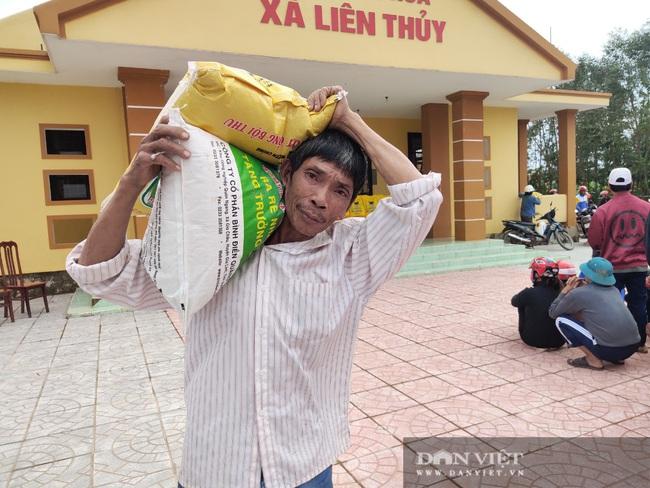 """Báo NTNN/Dân Việt hỗ trợ lúa giống, phân bón giúp bà con """"rốn"""" lũ Lệ Thủy (Quảng Bình) khôi phục sản xuất - Ảnh 3."""