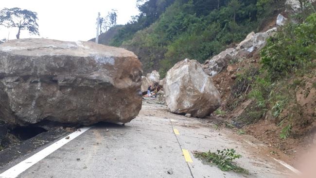 Nhiều tảng đá khổng lồ rơi từ trên núi xuống chắn ngang đường - Ảnh 3.
