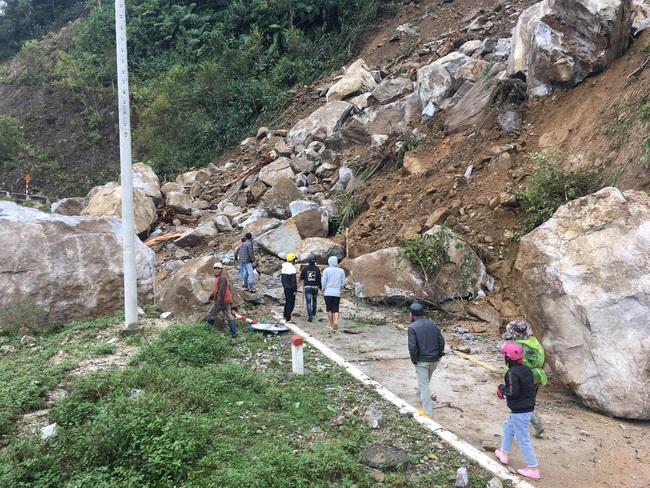 Nhiều tảng đá khổng lồ rơi từ trên núi xuống chắn ngang đường - Ảnh 2.