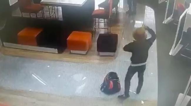 3 phút của kẻ tẩm xăng dọa cướp chi nhánh ngân hàng TPBank ở TPHCM - Ảnh 1.