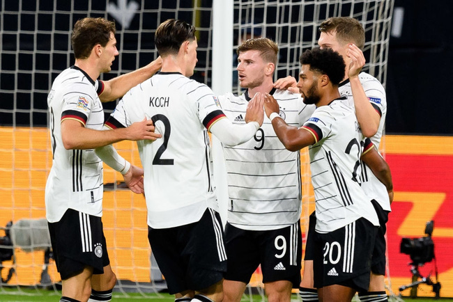 Werner ăn mừng cùng đồng đội khi hoàn tất cú đúp.