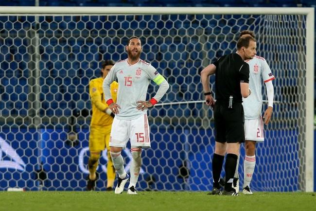 Đội trưởng Ramos đá hỏng 2 quả phạt đền.