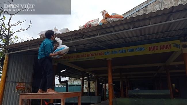 Hà Tĩnh: Di dời dân, chằng chéo nhà cửa trước cơn bão số 13 - Ảnh 1.