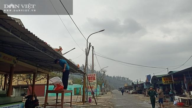 Hà Tĩnh: Di dời dân, chằng chéo nhà cửa trước cơn bão số 13 - Ảnh 3.