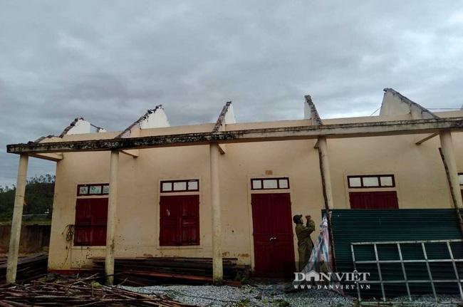 Hậu quả bão số 13 ở Quảng Bình: 8 người bị thương nặng, trường học, trạm y tế tốc mái  - Ảnh 1.