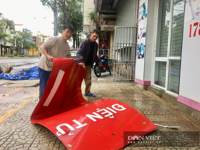 Hậu quả bão số 13 ở Quảng Bình: 8 người bị thương nặng, trường học, trạm y tế tốc mái  - Ảnh 5.