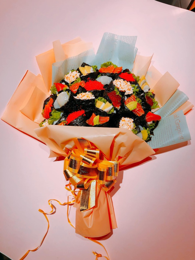Sốt với bó hoa sushi lạ mắt, giá hơn triệu đồng tặng thầy cô 20/11 - Ảnh 1.