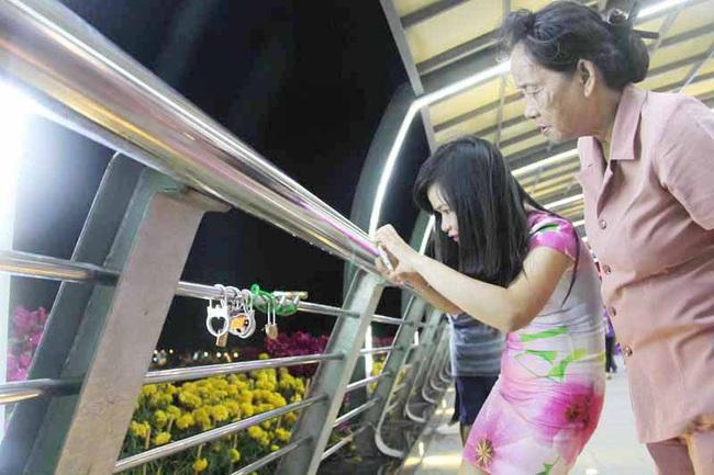 Cần Thơ: Đã cho phép gắn khóa tình yêu trên cầu đi bộ 50 tỷ đồng - Ảnh 2.