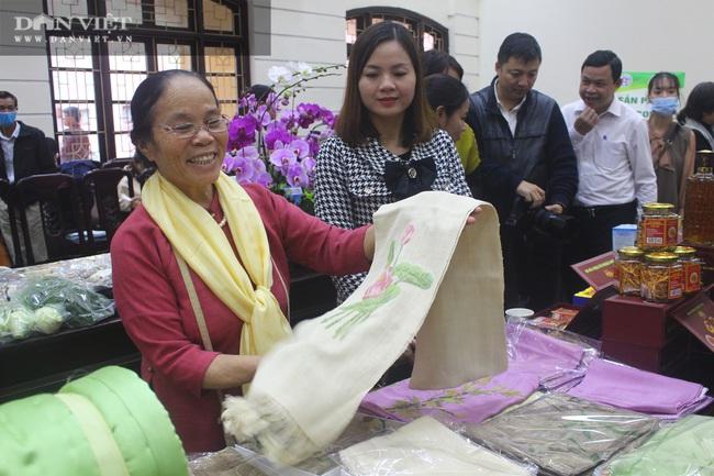"""Hà Nội: Hơn 300 đặc sản OCOP được """"gọi tên"""", loại khăn lụa độc đáo, đắt hơn vàng khiến nhiều người thích thú - Ảnh 6."""