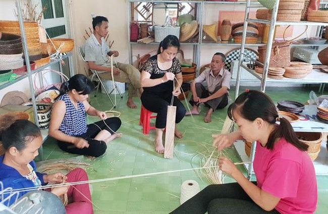 Lao động nông thôn huyện Chương Mỹ (Hà Nội) học nghề mây tre đan. Ảnh: Hà Hiền