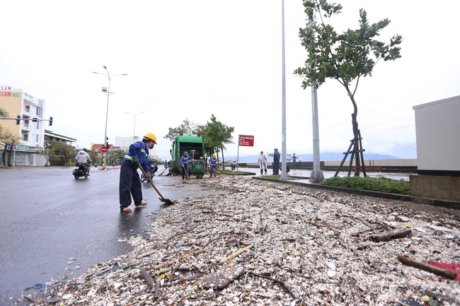 """ẢNH: Bãi biển """"đẹp nhất hành tinh"""" ngập ngụa trong rác sau bão số 13 - Ảnh 8."""