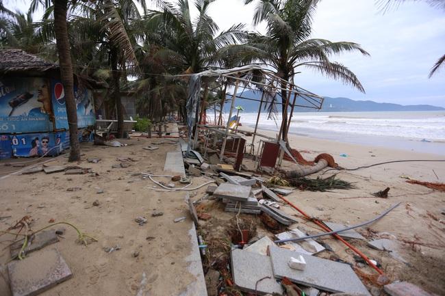 """ẢNH: Bãi biển """"đẹp nhất hành tinh"""" ngập ngụa trong rác sau bão số 13 - Ảnh 1."""