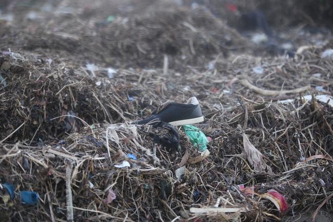 """ẢNH: Bãi biển """"đẹp nhất hành tinh"""" ngập ngụa trong rác sau bão số 13 - Ảnh 4."""