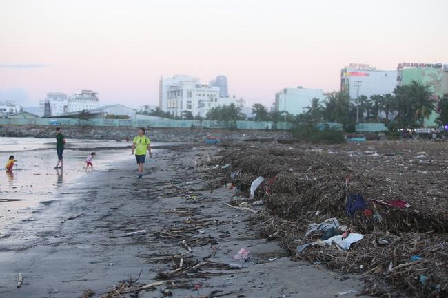 """ẢNH: Bãi biển """"đẹp nhất hành tinh"""" ngập ngụa trong rác sau bão số 13 - Ảnh 3."""
